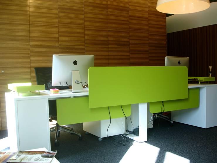 Receção: Escritórios  por Área77 - arquitectura, engenharia e design, lda