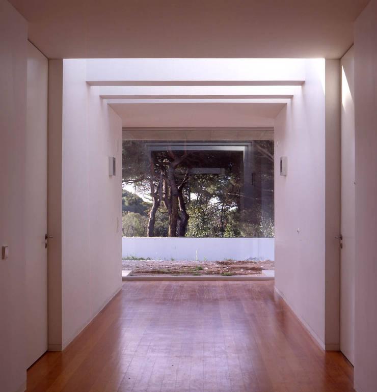 House in Estoril: Corredores e halls de entrada  por Pedro Mendes Arquitectos