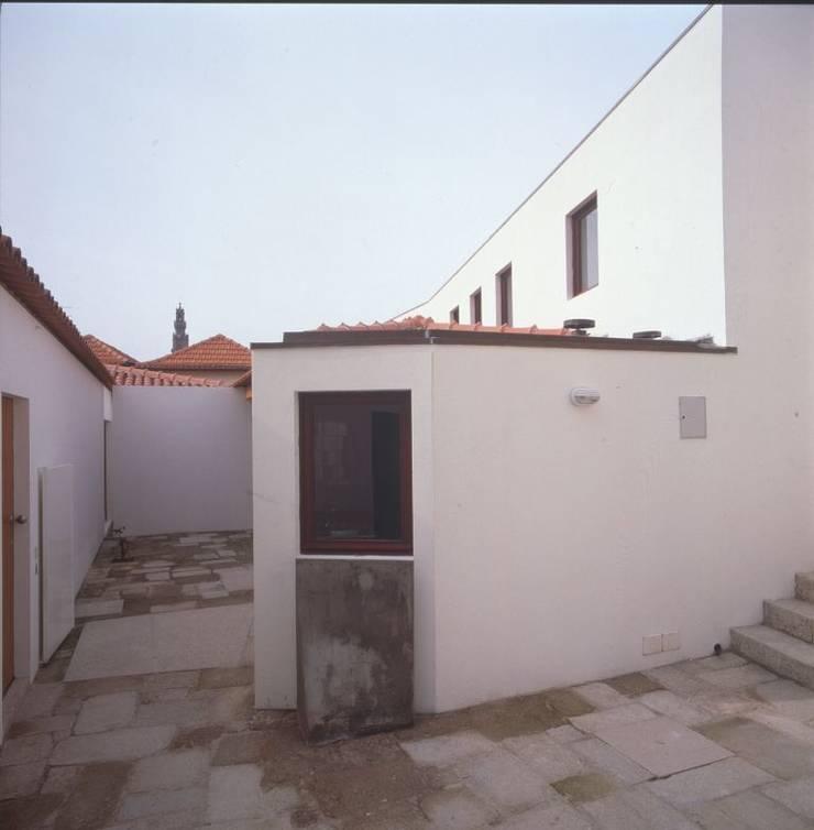 "Renovation of ""Ilha in Rua das Aldas', Porto: Casas  por Pedro Mendes Arquitectos"