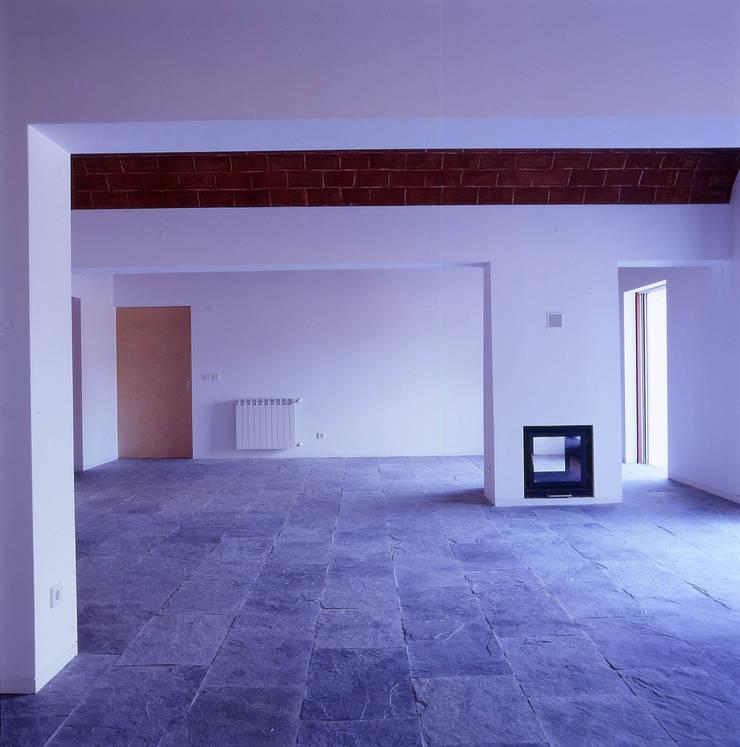 House in Pavia: Salas de estar  por Pedro Mendes Arquitectos