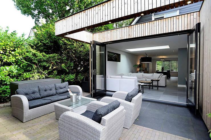 terras achterzijde aanbouw: moderne Woonkamer door robin hurts architect