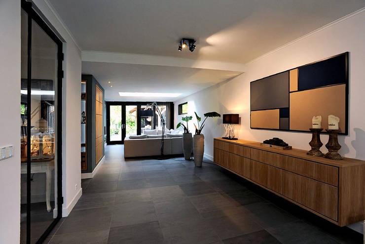 woonkamer entree: moderne Woonkamer door robin hurts architect