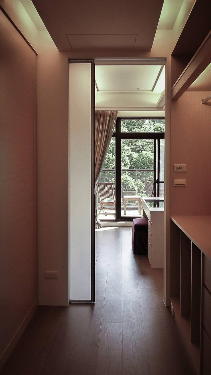 Vestidores de estilo  de 璞碩室內裝修設計工程有限公司