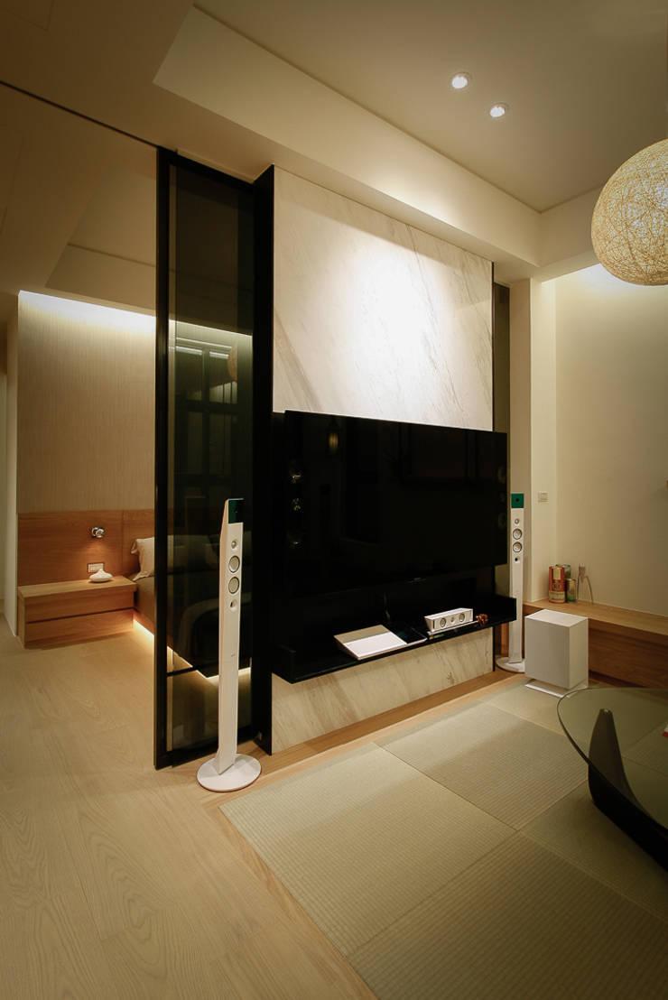 BRAVO INTERIOR DESIGN & DECO    NEW JP STYLE:  視聽室 by 璞碩室內裝修設計工程有限公司