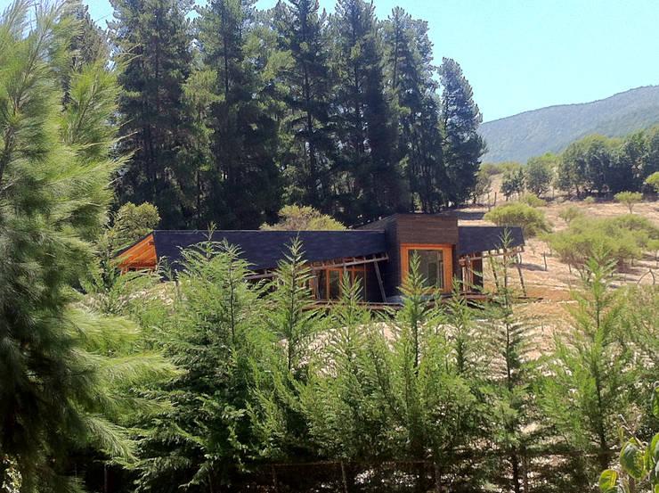 Cabaña Olmué_vista general desde calle_alejandra corral_arquitectura: Casas de estilo  por Alejandra Corral - Arquitectura