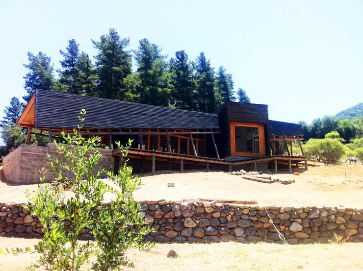 Cabaña Olmué_elevación oriente_alejandra corral_arquitectura: Casas de estilo  por Alejandra Corral - Arquitectura