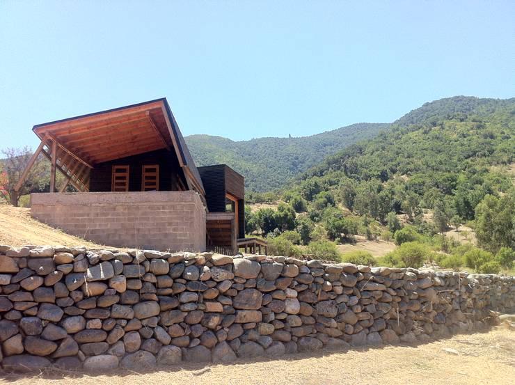 Cabaña Olmué_elevación sur_alejandra corral_arquitectura: Casas de estilo  por Alejandra Corral - Arquitectura