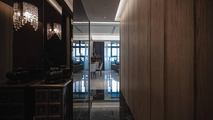 BRAVO INTERIOR DESIGN & DECO    KUAN STYLE:  走廊 & 玄關 by 璞碩室內裝修設計工程有限公司