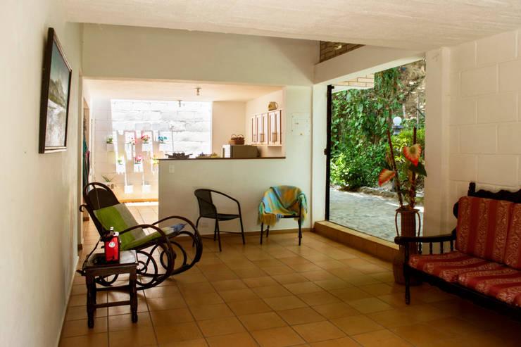 Wohnzimmer von Pequeña Escala Arquitectura, Modern