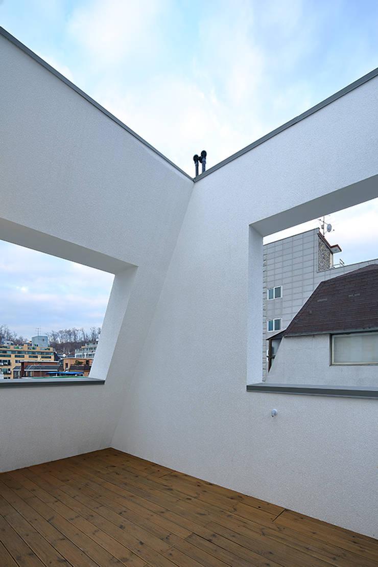성산동 상가주택: 비온후풍경 ㅣ J2H Architects의  베란다