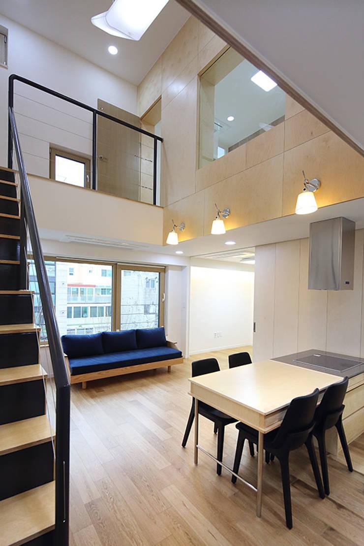 성산동 상가주택: 비온후풍경 ㅣ J2H Architects의  거실