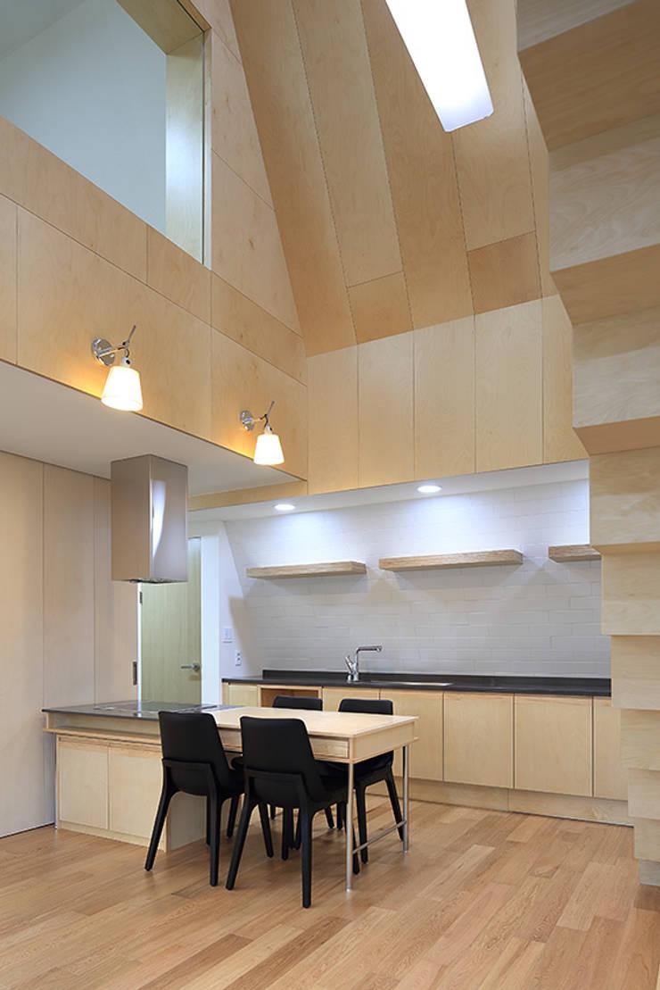 성산동 상가주택: 비온후풍경 ㅣ J2H Architects의  주방