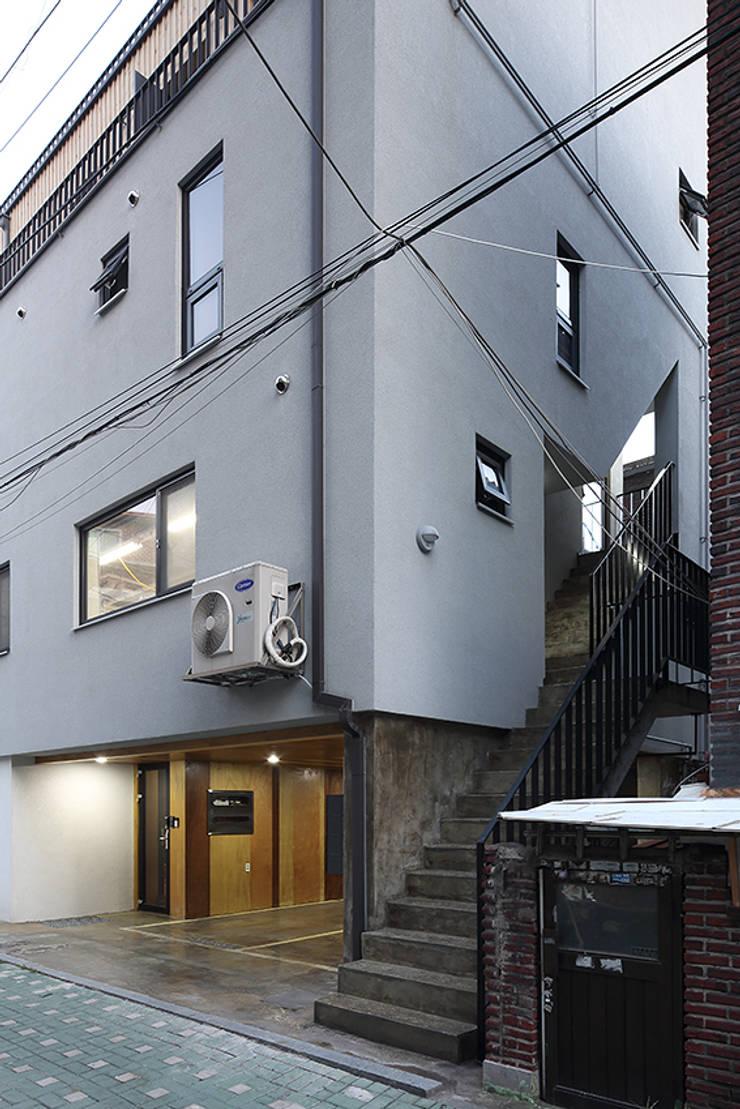상봉동 상가주택: 비온후풍경 ㅣ J2H Architects의  복도 & 현관