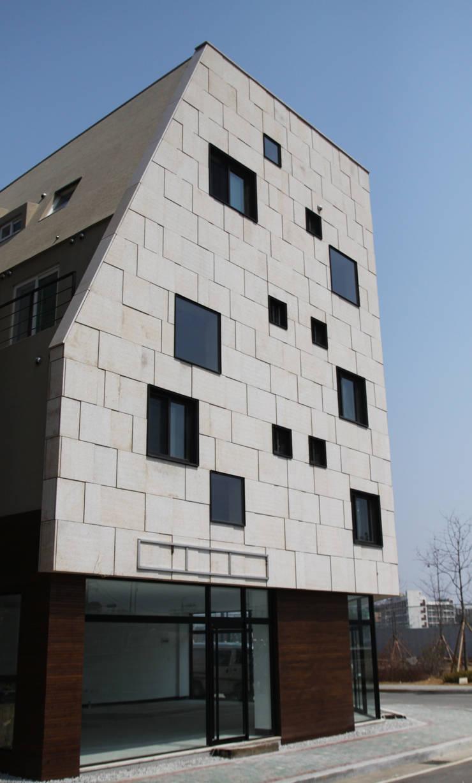 마송 다가구주택: 비온후풍경 ㅣ J2H Architects의  주택