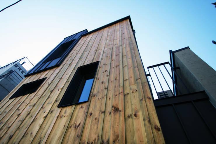 논현동 다가구주택: 비온후풍경 ㅣ J2H Architects의  주택