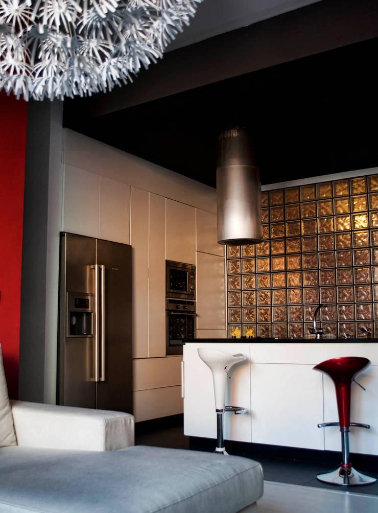 Modern kitchen by Intra Arquitectos Modern