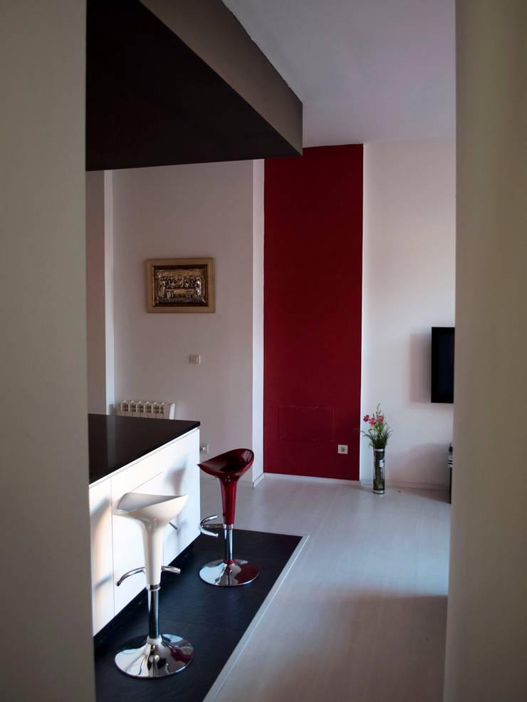 Modern corridor, hallway & stairs by Intra Arquitectos Modern