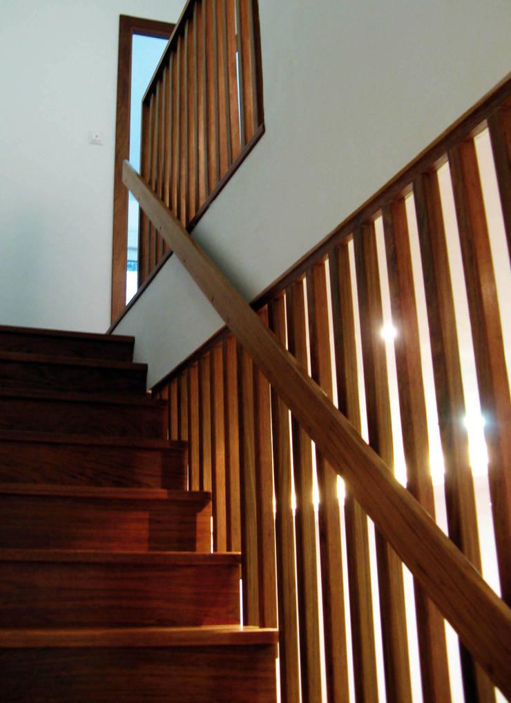 Couloir et hall d'entrée de style  par Intra Arquitectos, Moderne