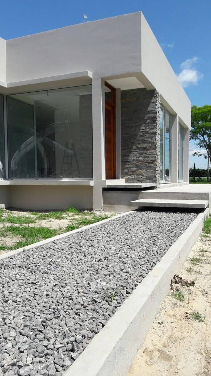 Pasarella ingreso- Detalles: Casas de estilo  por VHA Arquitectura