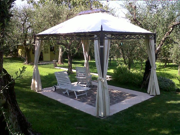 Jardines de estilo clásico por Arredo urbano service srl