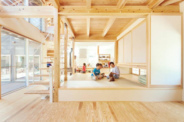 Projekty,  Salon zaprojektowane przez 株式会社 建築工房零