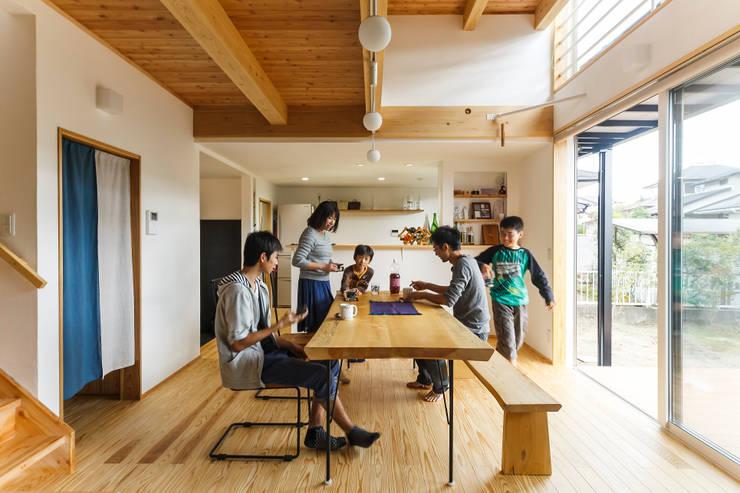 Living room by 株式会社 建築工房零