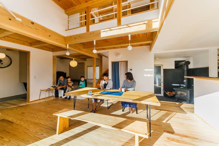 広がり間取りで家中の温熱環境を平準化する: 株式会社 建築工房零が手掛けたリビングです。