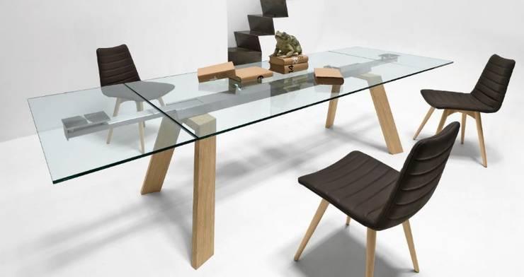 Mesas de vidro extensíveis Extending glass tables www.intense-mobiliario.com  OTNOROT http://intense-mobiliario.com/pt/mesas-vidro-ceramica/11725-mesa-extensivel-otnorot-.html: Sala de jantar  por Intense mobiliário e interiores;