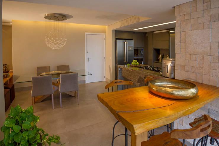 Espaços Integrados: Varanda Gourmet, Sala de Jantar e Cozinha Americana: Salas de jantar  por Designare Ambientes,Eclético
