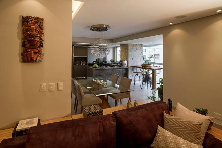Espaços Integrados: Sala de TV, Jantar, Varanda e Cozinha Americana: Salas de estar  por Designare Ambientes,Eclético