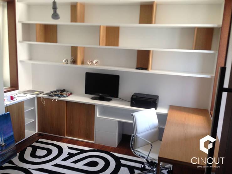 Escritório Apartamento:   por CINOUT - Obras, Design e Manutenção Lda.