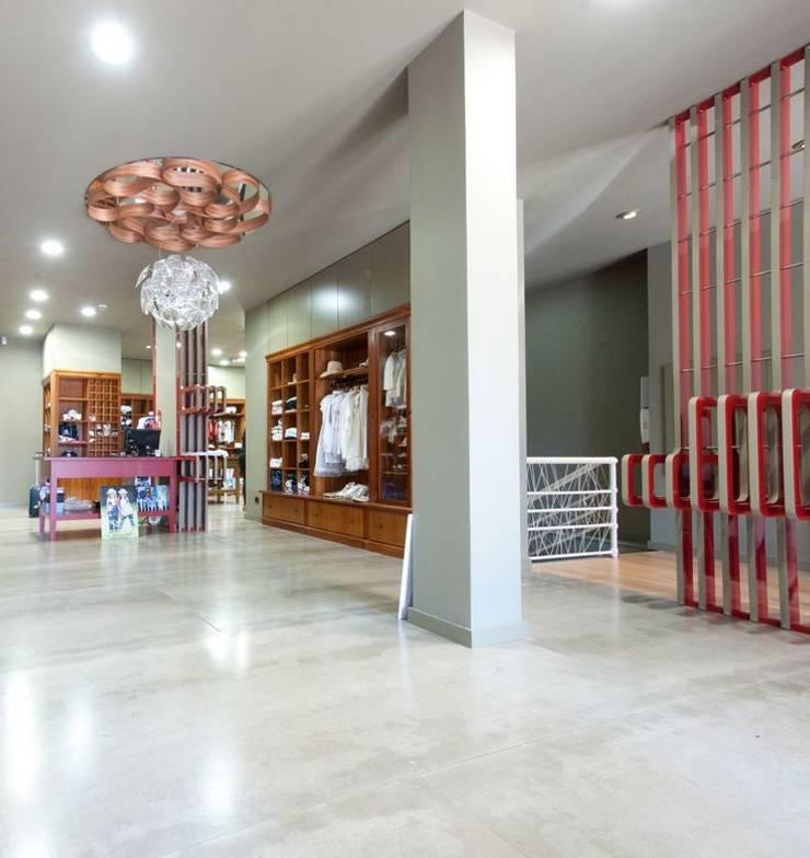 Moodular - Gato Malhado: Lojas e espaços comerciais  por MOODULAR