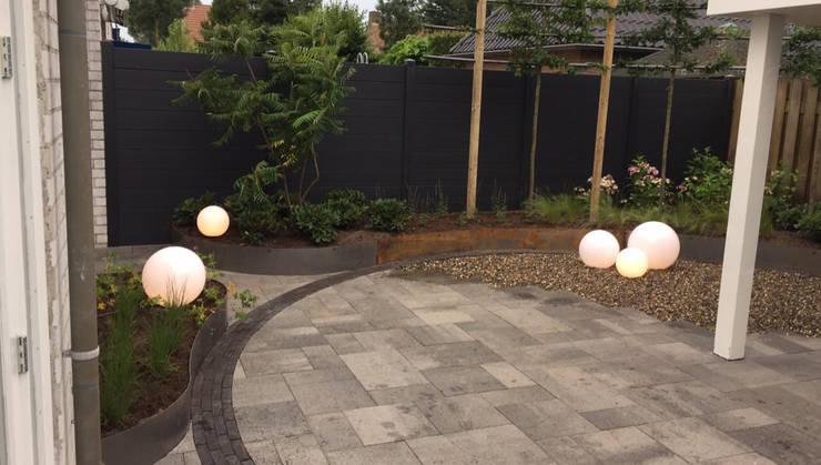 Achtertuin Uden:  Tuin door GroenerGras Hoveniers Arnhem