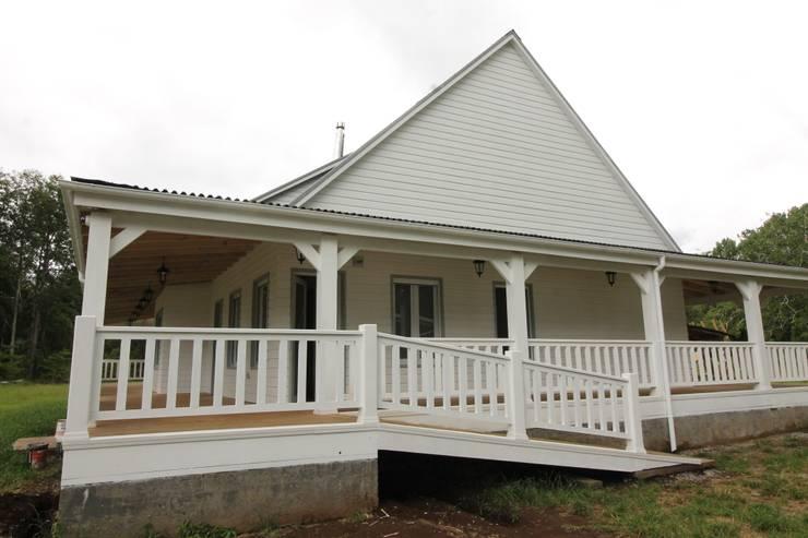 Projekty, wiejskie Domy zaprojektowane przez Kanda arquitectos