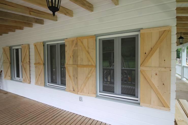 Casa Hott: Puertas y ventanas de estilo  por Kanda arquitectos
