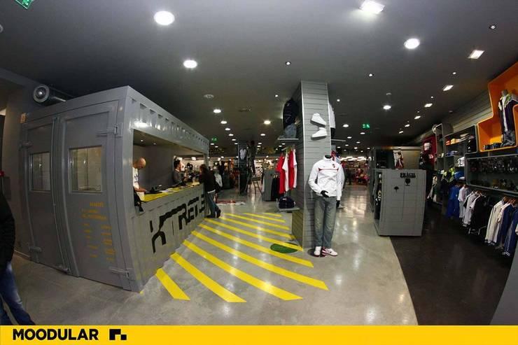 Moodular - Xtreme Aveiro: Lojas e espaços comerciais  por MOODULAR
