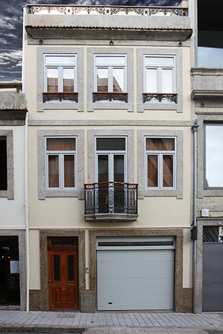 """Casa J+L (em colaboração com o Gabinete """"Esquissos 3G""""): Casas  por Ricardo Baptista, Arquitecto"""
