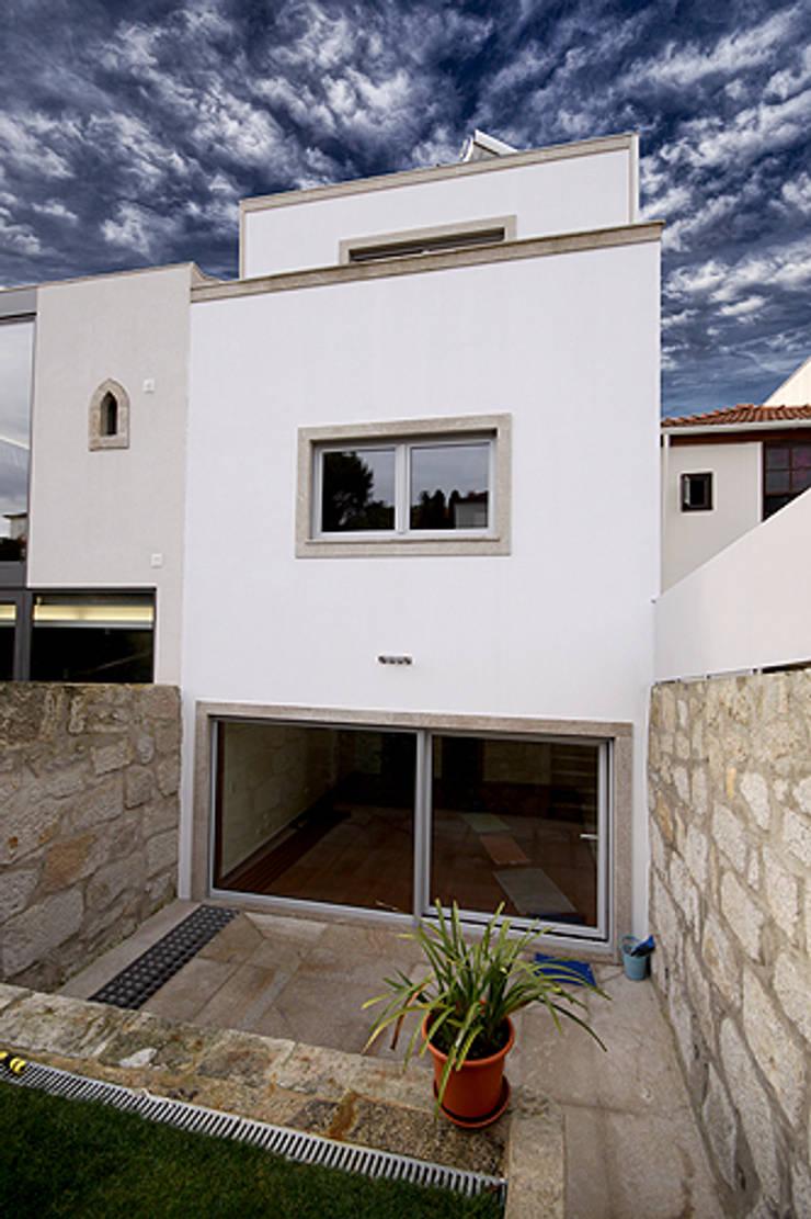 Casa J+L (em colaboração com o Gabinete <q>Esquissos 3G</q>): Casas  por Ricardo Baptista, Arquitecto