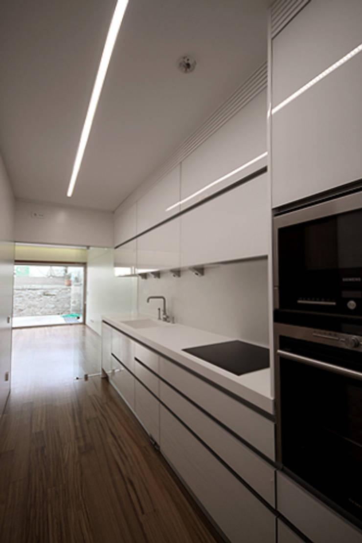 Casa J+L (em colaboração com o Gabinete <q>Esquissos 3G</q>): Cozinhas  por Ricardo Baptista, Arquitecto