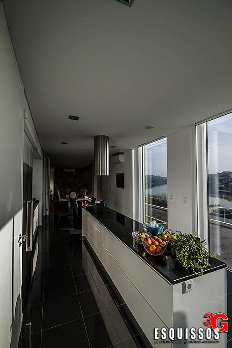Casa I+R (em colaboração com o Gabinete <q>Esquissos 3G</q>): Cozinhas  por Ricardo Baptista, Arquitecto