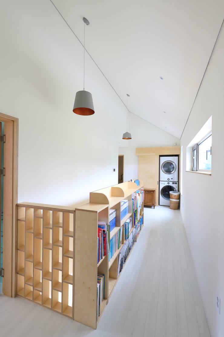 책장이 있는 계단복도: 주택설계전문 디자인그룹 홈스타일토토의  복도 & 현관