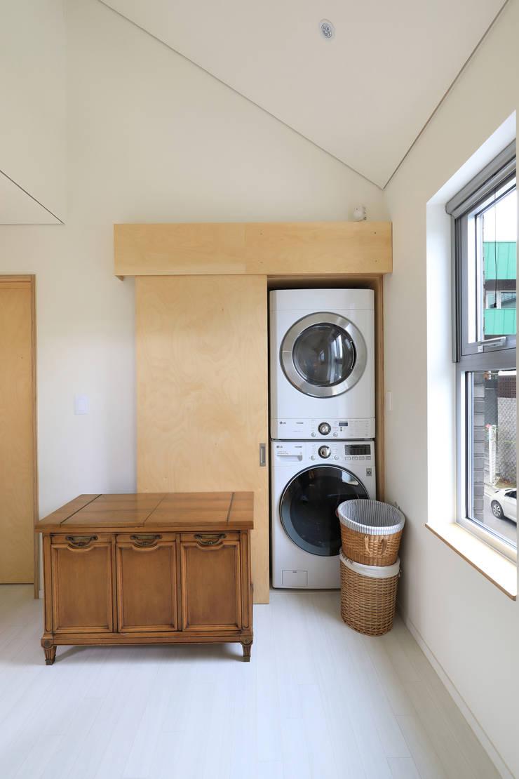 세탁기와 건조기: 주택설계전문 디자인그룹 홈스타일토토의  드레스 룸