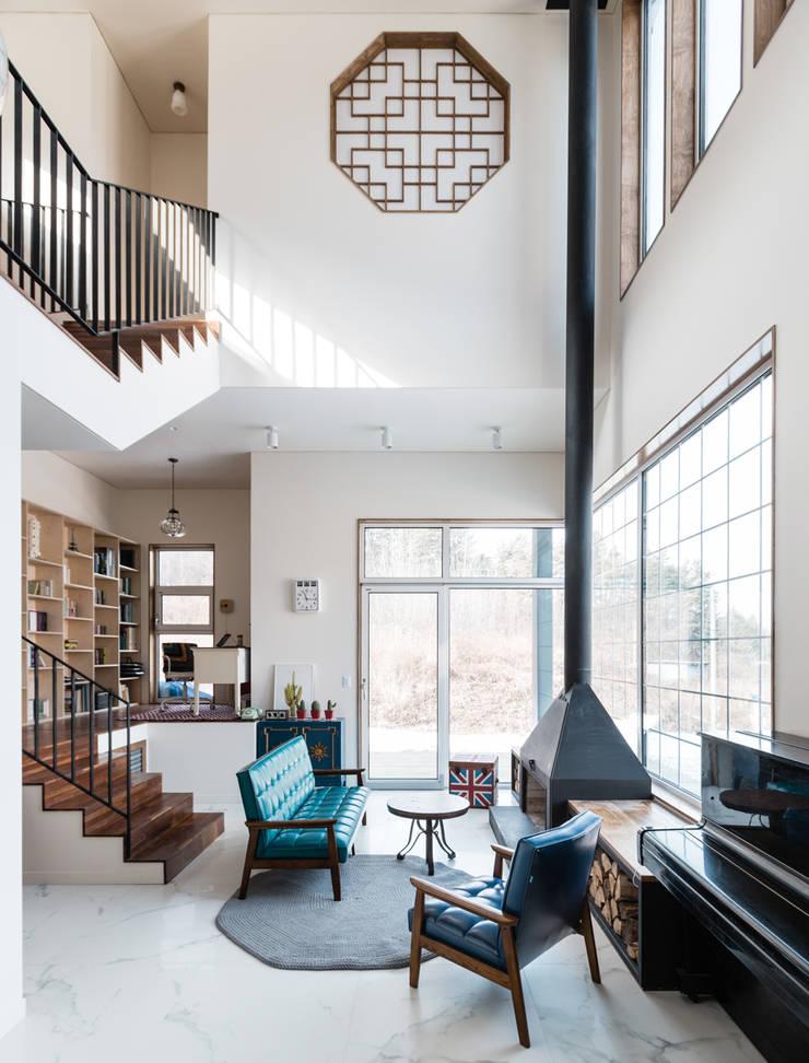 특별한 공간감과 개방감을 만끽할 수 있는 거실: 라움플랜 건축사사무소의  거실