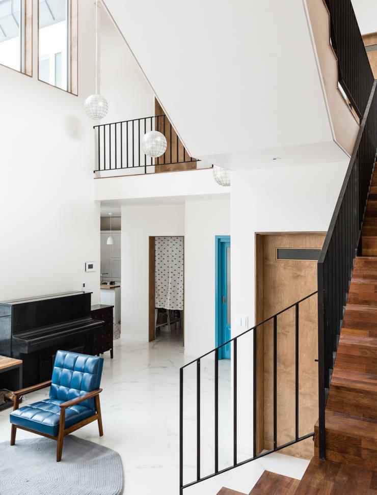 계단과 공간의 조화: 라움플랜 건축사사무소의  거실
