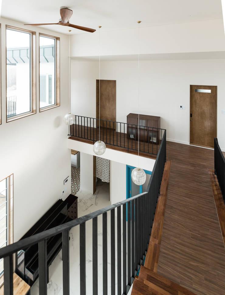 계단에서의 공간감: 라움플랜 건축사사무소의  복도 & 현관