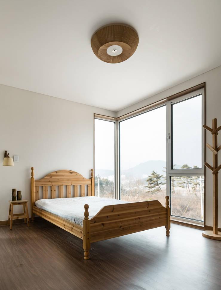 침실에서의 열린 조망: 라움플랜 건축사사무소의  침실