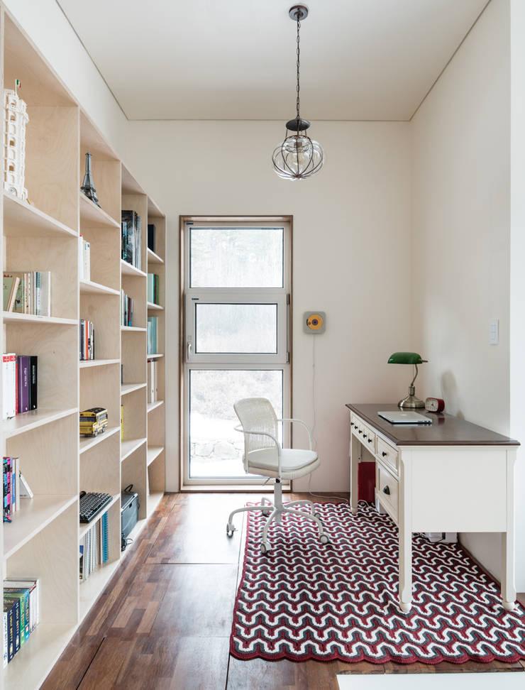 단아한 작은 서재: 라움플랜 건축사사무소의  서재 & 사무실