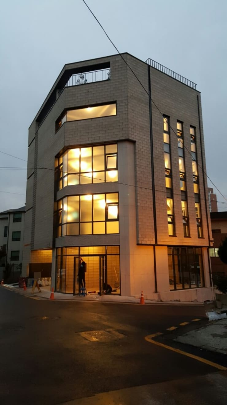메인파사드(야간조명): 라움플랜 건축사사무소의  주택