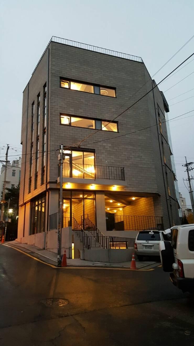 배면디자인 (야간조명): 라움플랜 건축사사무소의  주택