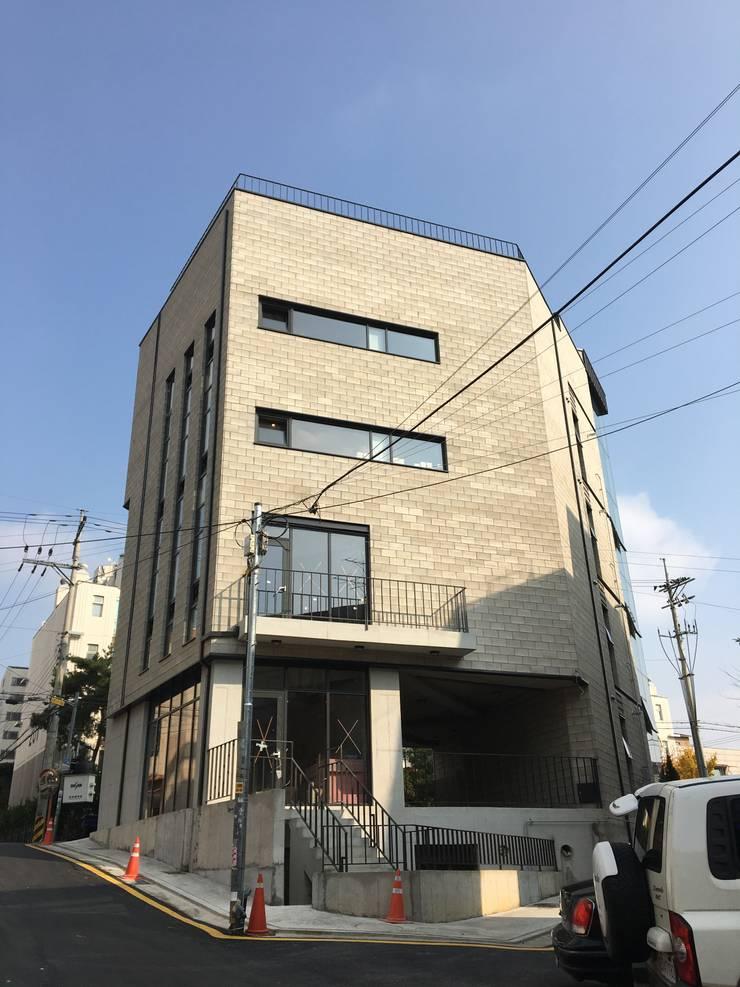 배면디자인(주간): 라움플랜 건축사사무소의  주택